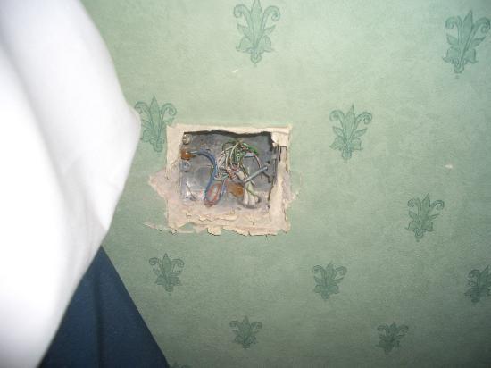Hilton Glasgow Grosvenor Hotel: holes in the wall!
