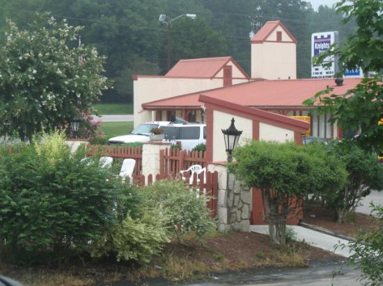 Knights Inn Columbia Airport/Cayce : From room entrance, over the pond to the office area