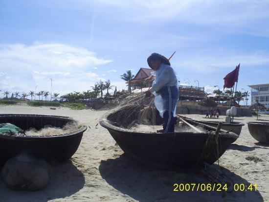 My Khe Beach Hotel: Fishermen on the beach