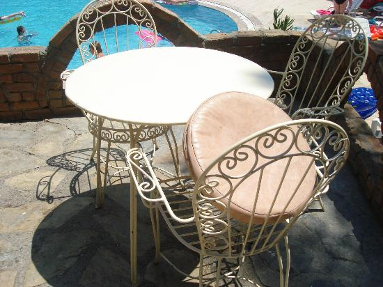 Halici Holiday Village: iron tables & chairs by the pool bar
