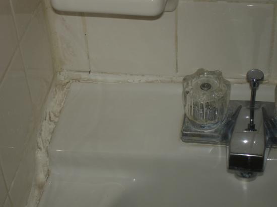 Sunrise Resort Motel South: bathroom dirty sink