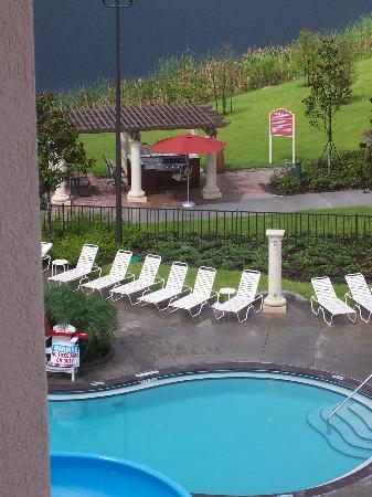 Wyndham Bonnet Creek Resort: Grill in background