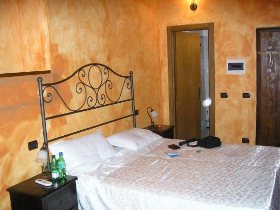 Locanda Dal Moccia: bedroom... huge, even had small sofa that folds into couch