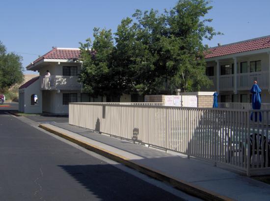 Motel 6 Barstow: Les chambres (et la grille de la piscine fermée)