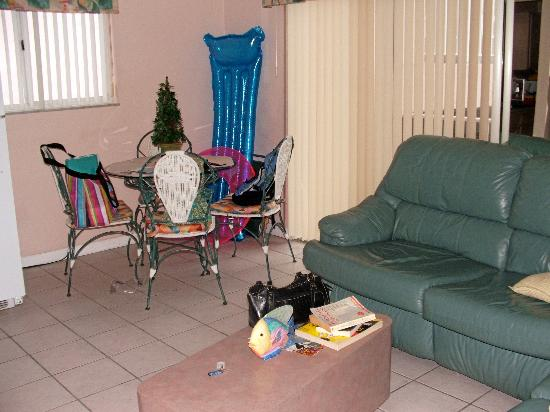 Belleair Beach Resort: Our living room/eating area