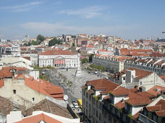 ‪هوتل لشبونة تيجو: View of Rossio square from nearby Elevador Santa Justa‬