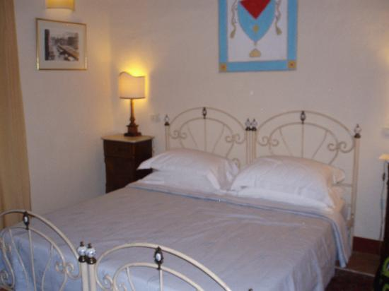 Casa Portagioia: Quaint bedroom, extremely comfortable bed!