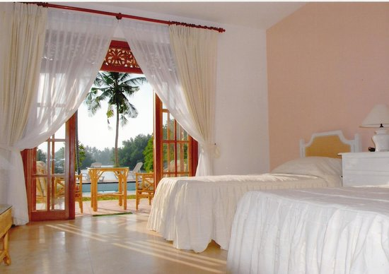 The Waterside Bentota: The spacious double rooms are furnished to a high standard