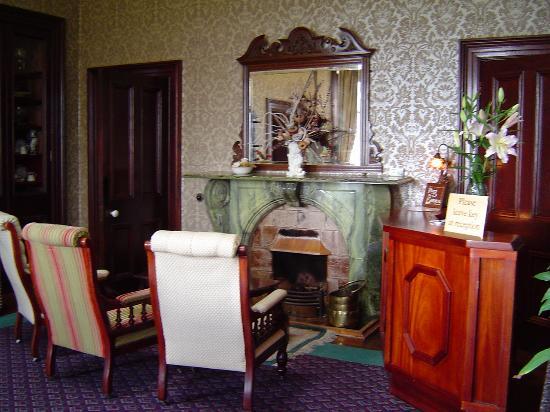 Ballinalacken Castle Country House: Front desk