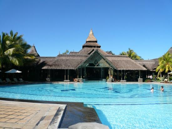 Shandrani Beachcomber Resort & Spa: Main Hotel Building & Pool