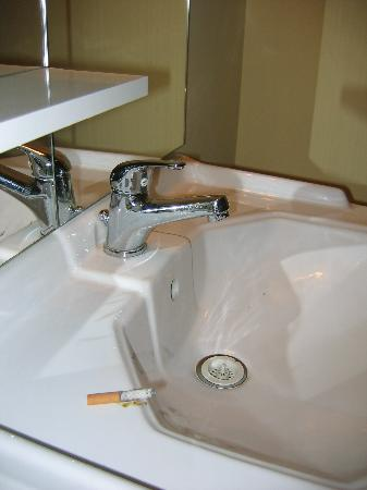 Hotel Lozanni : The ciggarette left in our basin