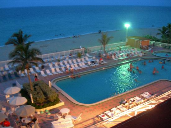 Ramada Plaza by Wyndham Marco Polo Beach Resort: the pool at night
