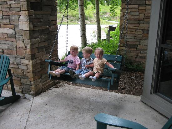 Silverpick Lodge: Grandkids on the Lodge swing