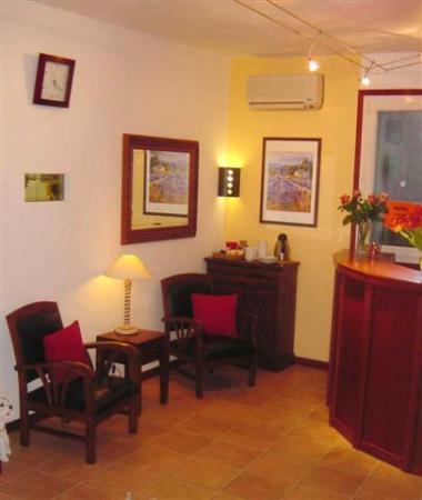 Hotel des Allees: Warmer und freundlicher Empfangsbereich