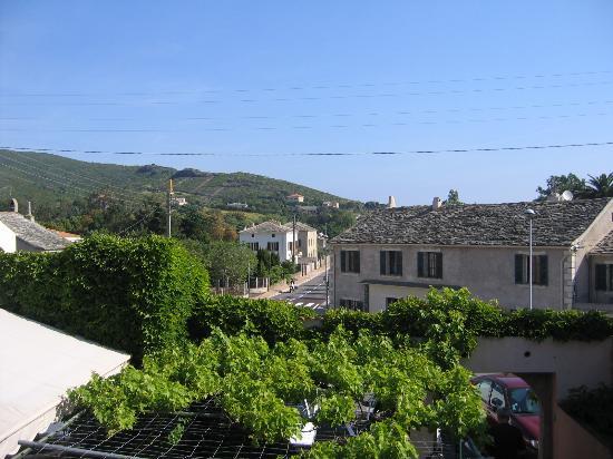 Sisco, Γαλλία: Vue depuis l'hôtel, le restaurant est juste en dessous !