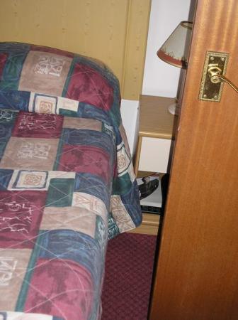 Bon Viveur: The gap between the bed and the bathroom door