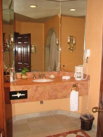 Hilton San Luis Potosi: Standard room bathroom
