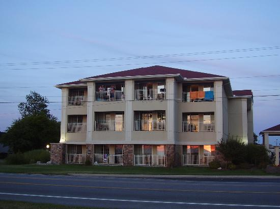 Holiday Inn Express St. Joseph: Side of hotel, rooms with lakeviews overlooking the lake.