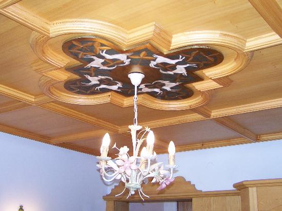 Q! Hotel Maria Theresia: Ceiling adornments