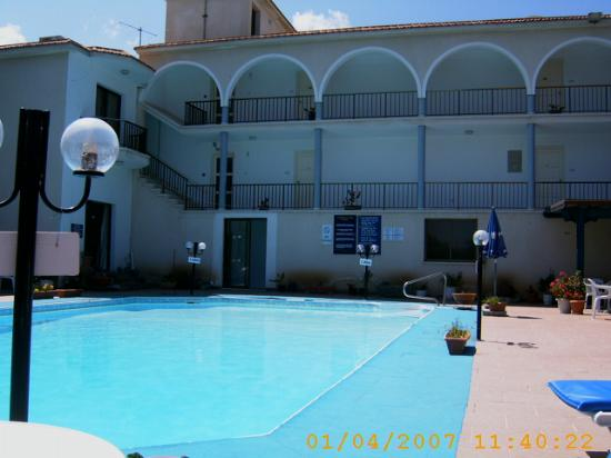 Lovers Nest Hotel Apts.: pool and view of rooms