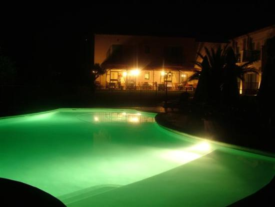 Saint-Quentin-la-Poterie, Frankreich: Hotel pool at Night