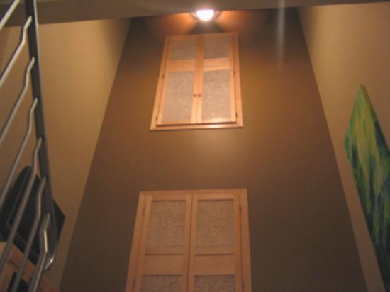 Bentley's Inn: High ceilings