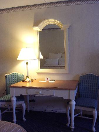 Four Points by Sheraton Eastham Cape Cod : Desk area