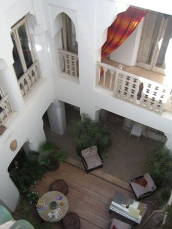 Riad Safa: View down into courtyard from roofterrace