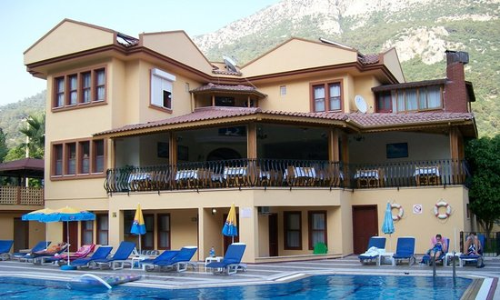 Belcehan Beach Hotel: Main building with open air resaurant
