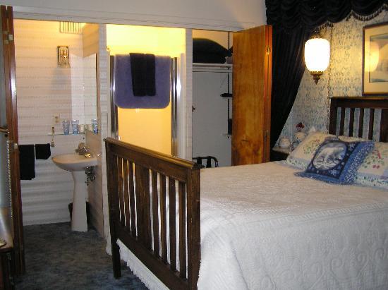 Big Bear Bed & Breakfast: glacier room with closet bathroom