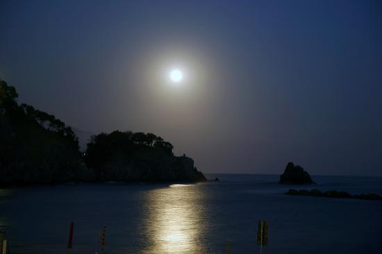 Albergo Marina: notte di luna piena sul mare
