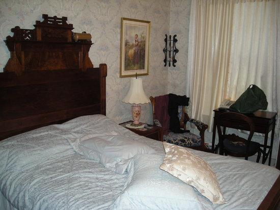 Gateway Bed and Breakfast: Our bedroom...simple and beautiful!