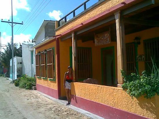 Posada Gremary: Mi mami en la fachada principal