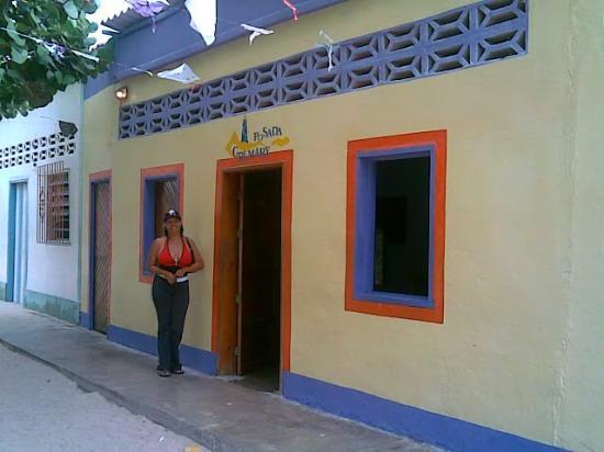 Posada Gremary: Mi mami en la fachada trasera con salida a la plaza