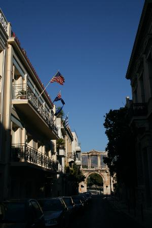 AVA Hotel Athens: Street in front of the Ava (the Ava is the one with all the flags)