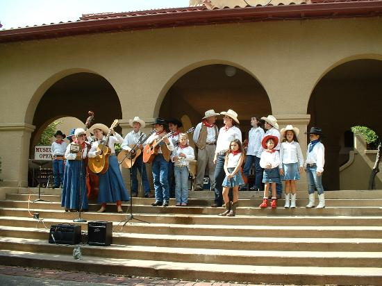 ‪لاكوينتا إن آند سويتس دالاس: Sunday singing in the stockyards‬