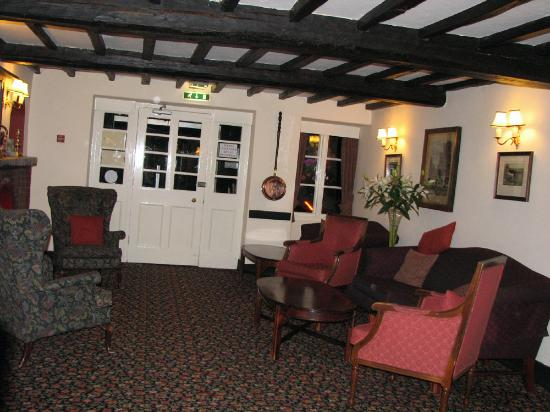 Skelwith Bridge Hotel: Inside the front door - Fire place - cozy