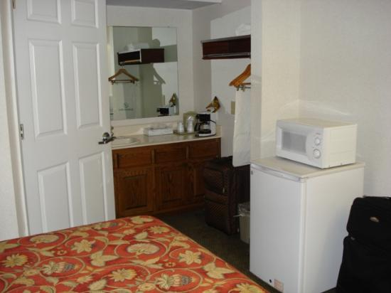 Jameson Inn Perry: Mini Fridge and Microwave in room