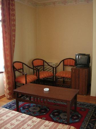 Hippodrome Hotel: Sitting area in room
