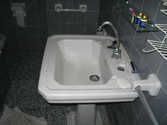 Apartamentos Mirador: The sink was so big i could not shut d door (how private)