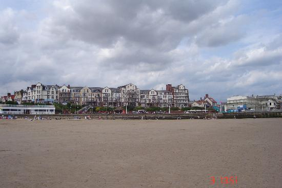 Monarch Hotel: Hotel from beach. At the end (Right)