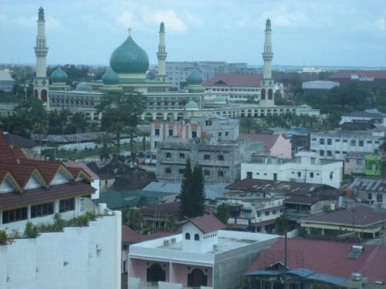 Pekanbaru, Индонезия: Mosque from hotel room window