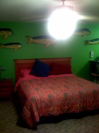 Port O'Connor, TX: Colorful room, large bed, comfy linens