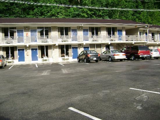 Sidney James Mountain Lodge: Courtside