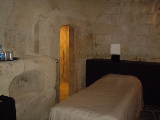 Serinn House: our twin share cave room