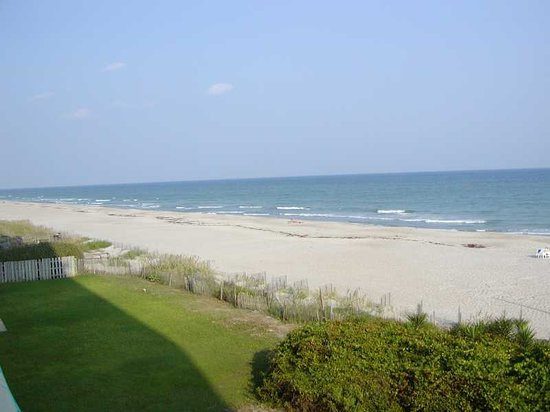 Pine Knoll Shores, Kuzey Carolina: pic of hotel beach and grounds