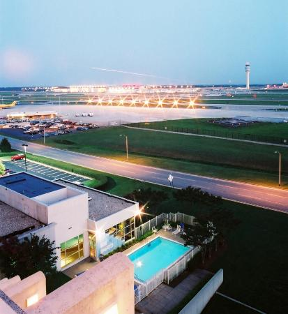 Renaissance Concourse Atlanta Airport Hotel: View of outdoor Pool and Hartsfield at dusk
