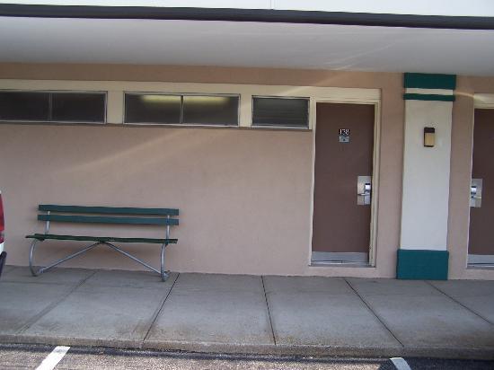 New Stanton Garden Inn: parking lot side