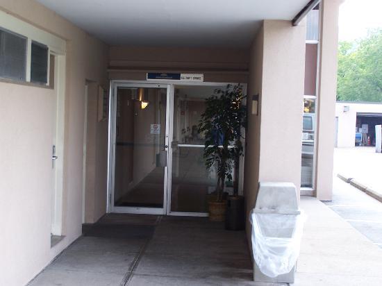 New Stanton Garden Inn: interior hallway wing