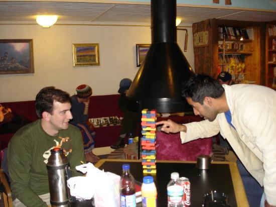 The SnowMansion Taos Hostel Ski Lodge Inn & Campground : Jugando al Yenga en la sala